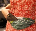 La designer Alice Tolu piega e indossa per MockUp un carré vintage trasformato in marsupio , pic by A. Duranti