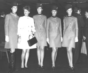 1969, sfilano le divise per le hostess Alitalia disegnate da Mila Schön