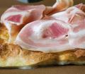 Focaccia al formaggio vestita con Pancetta cotta