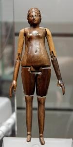 Bambola in avorio (metà del II secolo d.C.), tomba della  mummia di Grottarossa,  Museo nazionale romano di Palazzo Massimo