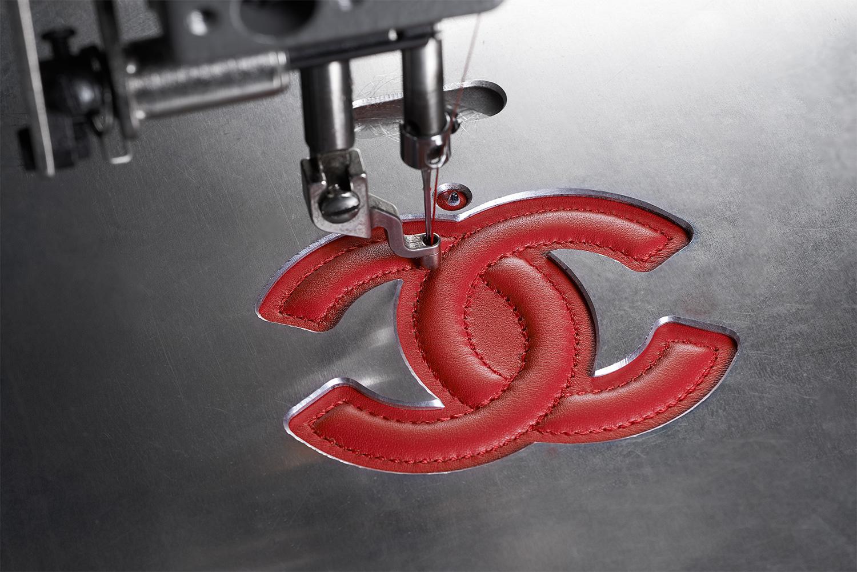 Lavorazione e creazione della 11.12 handbag by CHANEL© - La doppia C viene cucita sulla parte interna della borsa (esemplare rosso in coccodrillo)