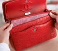 Lavorazione e creazione della 11.12 handbag by CHANEL© - Evidenza delle sei tasche interne (esemplare rosso in coccodrillo)