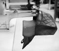 6. Lavorazione e creazione della 2.55 handbag by CHANEL© - Dopo aver creato due borsette, che poi sono state unite (una la parte interna e una quella esterna), viene posizionato il fermaglio di apertura (Mademoiselle lock)