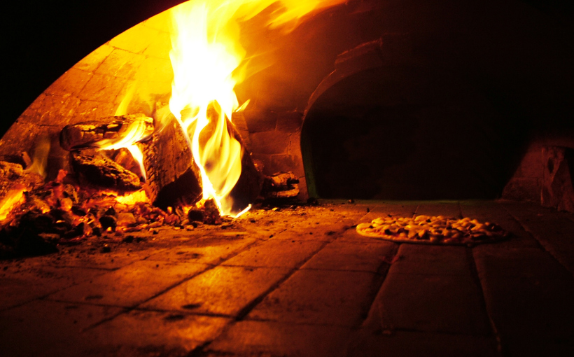 Un forno a legna con dentro una pizza in cottura, Licene CC BY-SA 3.0 http://creativecommons.org/licenses/by-sa/3.0/ - http://www.freeimages.com/photo/315562