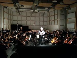 Il Direttore Alessandro D'Agostini mentre spiega al pubblico l'accordatura degli strumenti