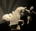 Cavallo con zampa sollevata e addestratore in ceramica dipinta (618-907 d.C.)
