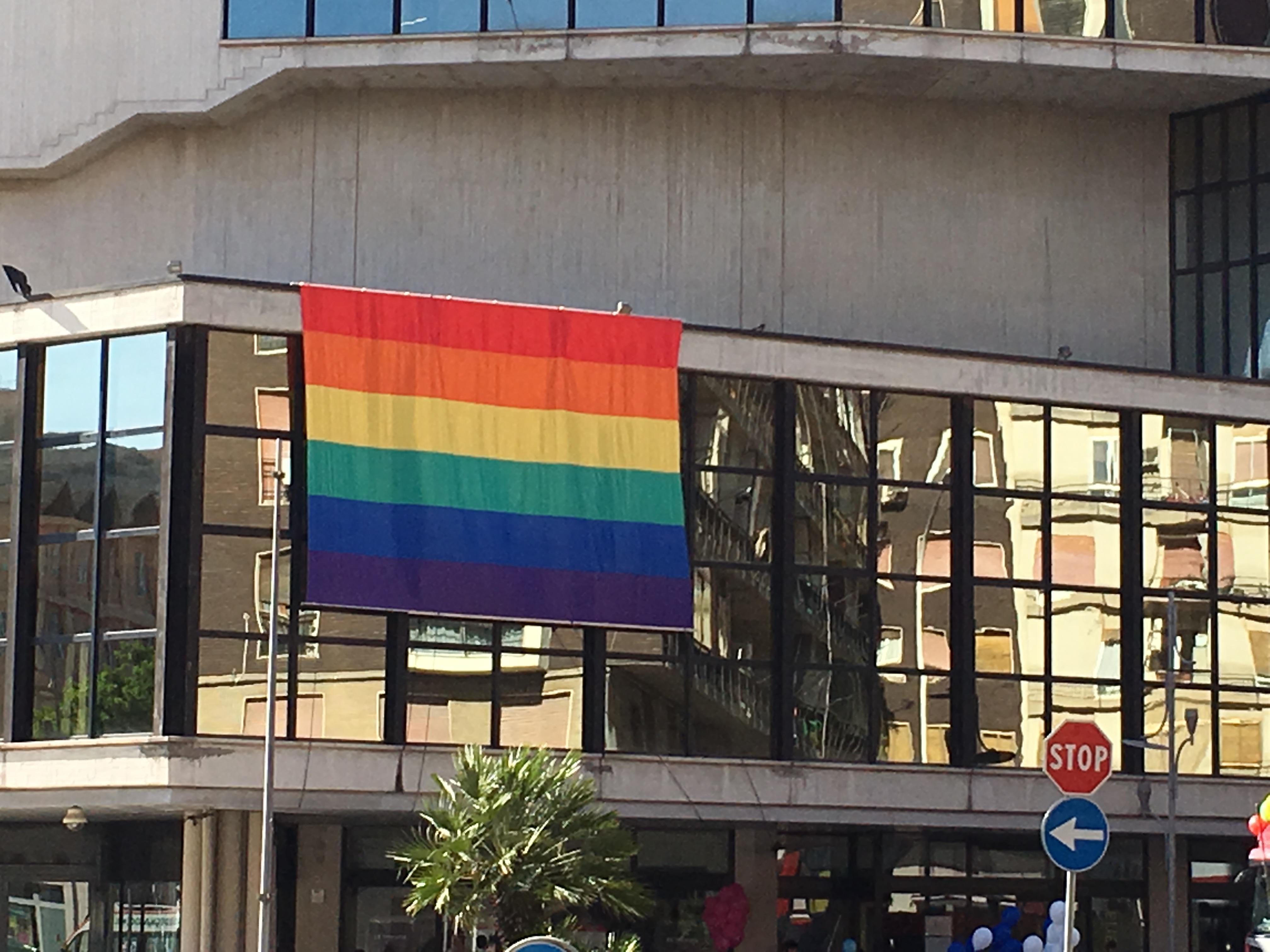 Sardegna Pride 2016, la facciata del Teatro Lirico di Cagliari con i colori arcobaleno.
