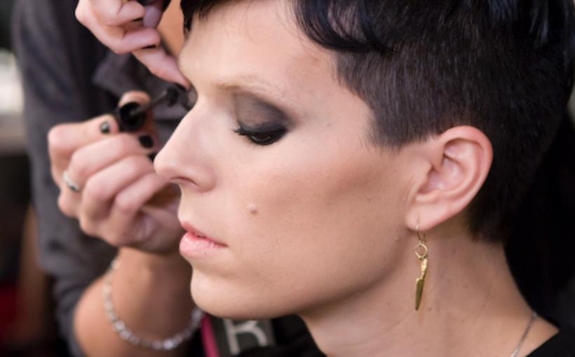 Andrea maquillando a Bimba Bosé, Author Ester1213, License: CC-BY-SA-3.0 (Fonte: https://commons.wikimedia.org/wiki/File:Andrea_y_Bimba.jpg?uselang=it)