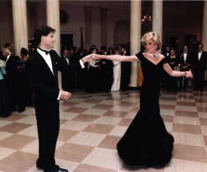La Principessa Diana balla con John Travolta nel salone della Casa Bianca, 11 November 1985 (Author United States Federal Government)