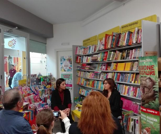 Micaela Andolfi presenta il libro di Carla Sanna, Emoglobina 14 (Aracne Editrice) presso il Mondadori Bookstore del Centro Commerciale I Mulini
