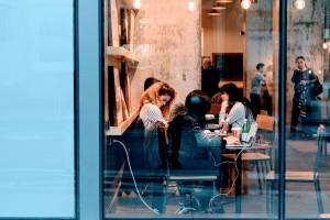 """Al ristorante - www.mockupmagazine.it, rubrica """"La posta di Lady Eva"""", pic by Pexels, CC0"""