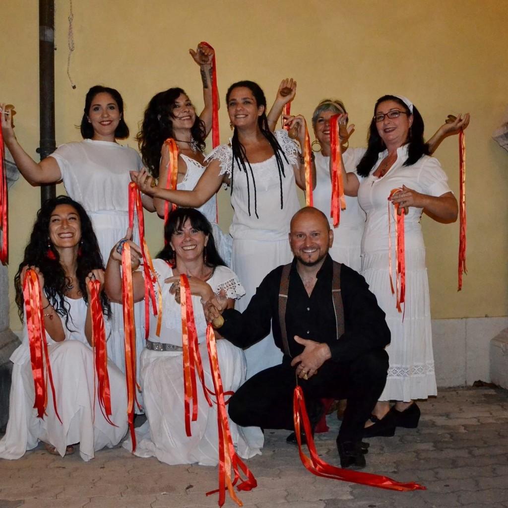 Elizabeth Stacey e il gruppo di danze popolari Terramia