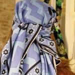 La designer Alice Tolu piena e indossa per mockUp un carrés vintage , pic by A. Duranti