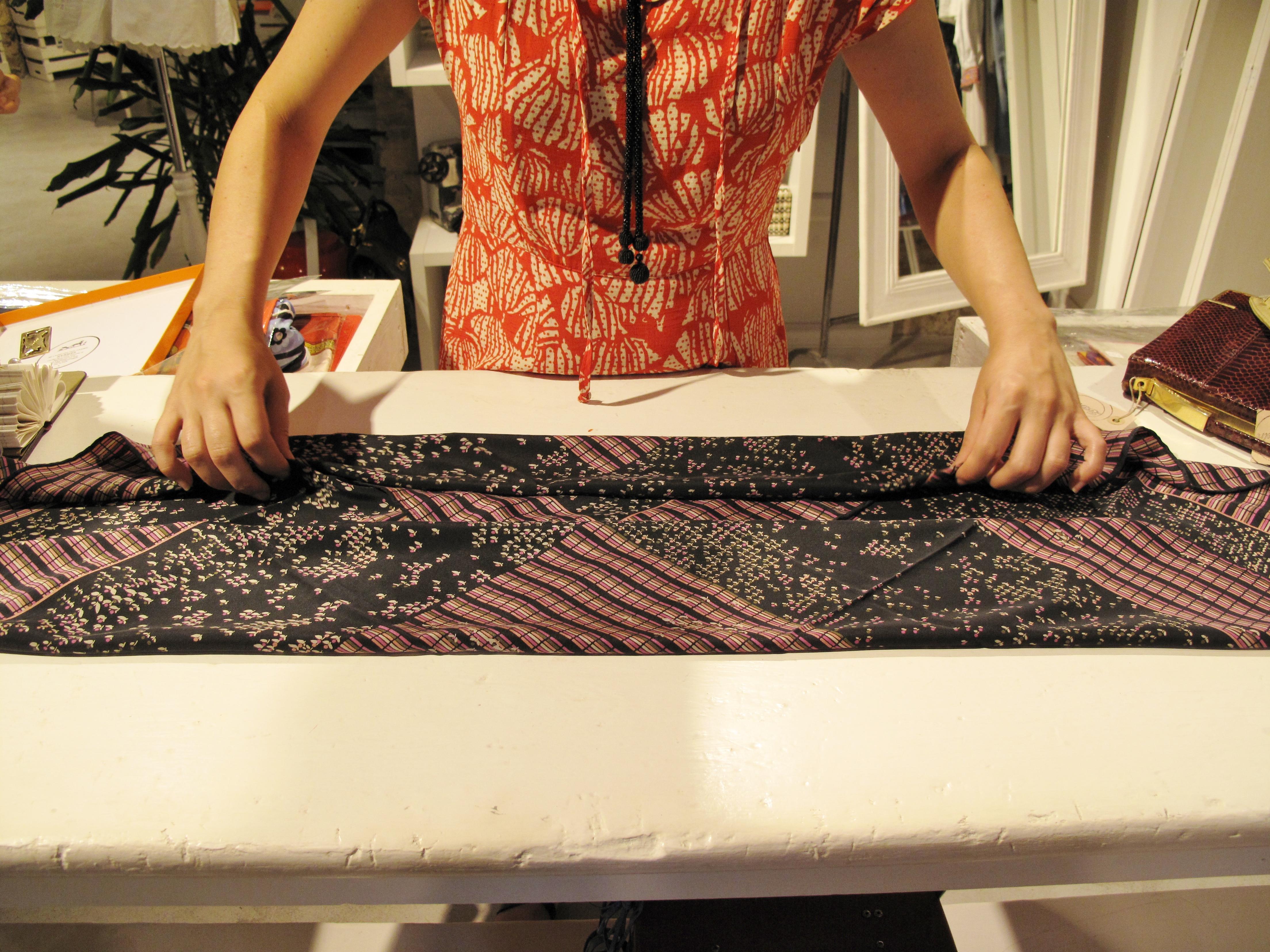 La designer Alice Tolu piena e indossa per mockUp un carrés Patou, pic by A. Duranti