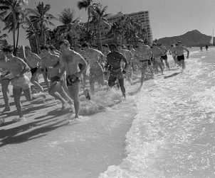 I membri dell'Air Force Academy football team sulla Waikiki Beach