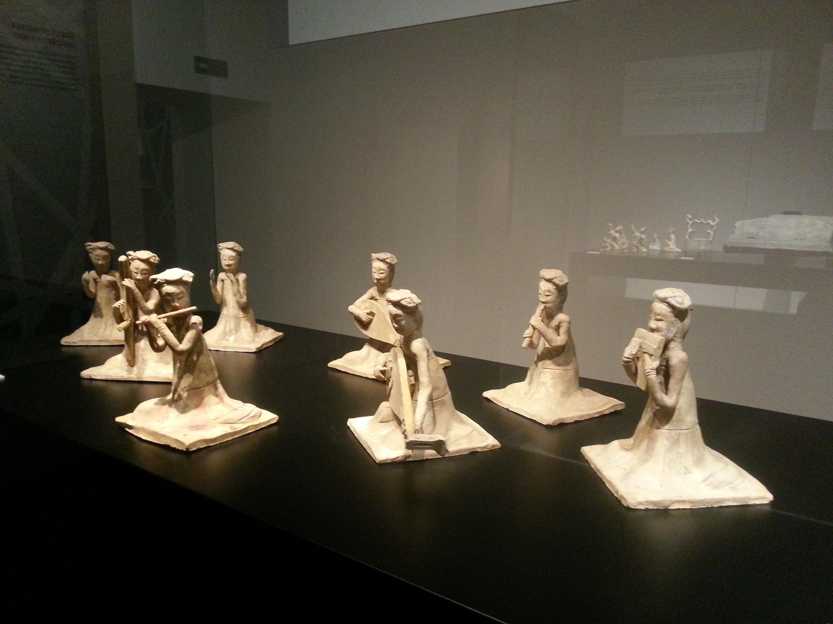 Gruppo di otto statuette di suonatrici sedute in ceramica dipinta Dinastia Sui (581 – 618 d.C.)