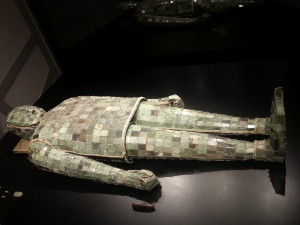 Veste in giada cucita con filo d'oro Dinastia Han Occidentali (202 a.C. – 25 d.C.)