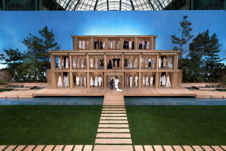 La primavera Chanel: sbocciano linee e tessuti