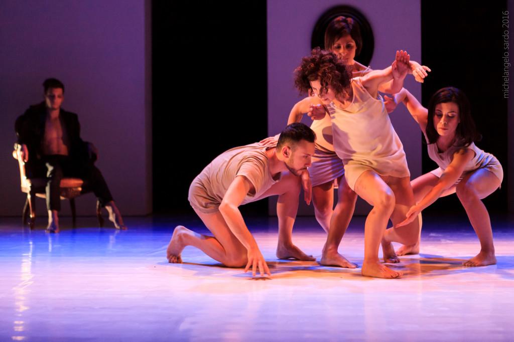 Una scena dello spettacolo. Foto di Michelagelo Sardo