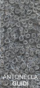 """""""Guidi, che si serve spesso dei colori primari, ha costruito i collage con la carta di giornale riciclata, su cui è intervenuta con il colore."""" (immagine tratta dalla locandina dell'evento, tutti i diritti riservati)."""