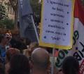 Sardegna Pride 2016, la folla del corteo e uno dei cartelli.