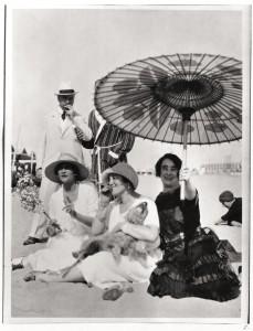 Gabrielle Chanel sulla spiaggia al Lido con Misia e José Maria Sert, Madame Philippe Berthelot e un amico negli anni Venti (Private Collection ©D.R.)