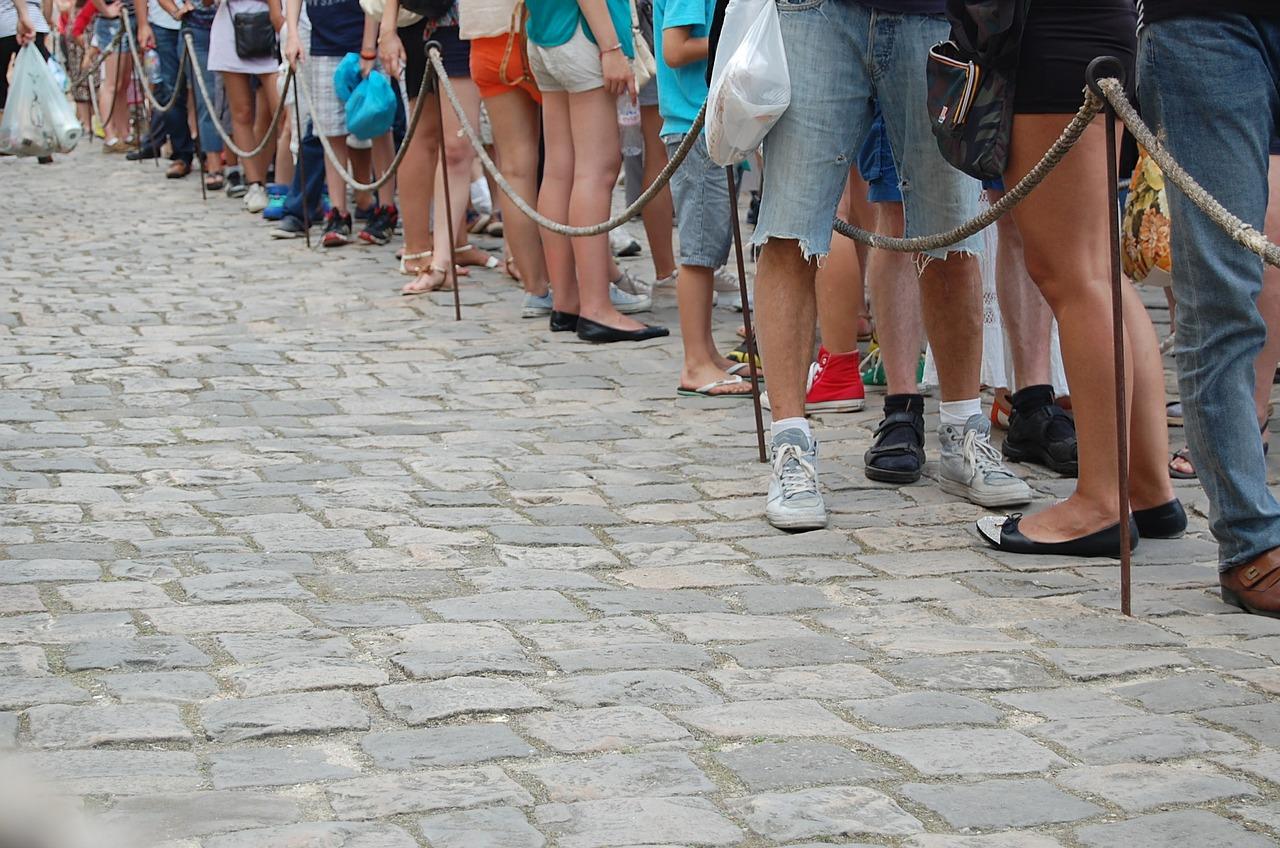 In fila. Per esserci