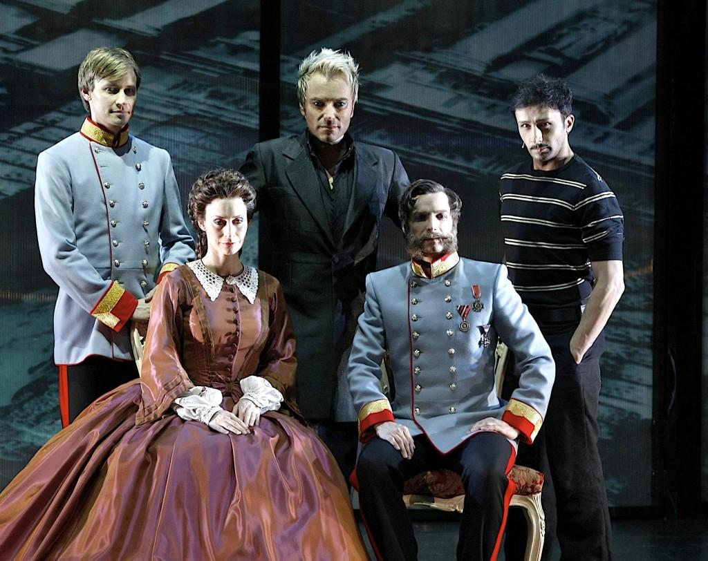 Bruno Grassini nei panni di Luigi Lucheni con il cast del musical Elisabeth a Berlino